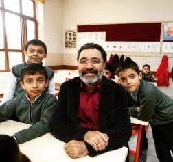 Ahmet Ümit, 45 yıl önce okuduğu ilkokulda.