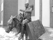 Mustafa Güzelgöz ve Yüksel'in heykeli...