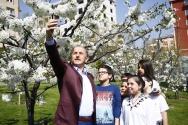Kiraz bahçesinde gerçekleştirdiğimiz röportajın ardından Başkan Çağırıcı bu anı kendi kamerasıyla ölümsüzleştirdi...