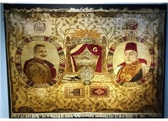 Halının sol tarafındaki portre, Alman İmparatoru Kaiser 2. Wilhelm'e aittir. Sol tarafındaki ise Sultan Reşat'a aittir.