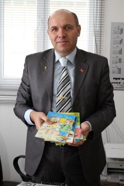 Atık yağ getiren çocuklara kitap hediye ediyor...