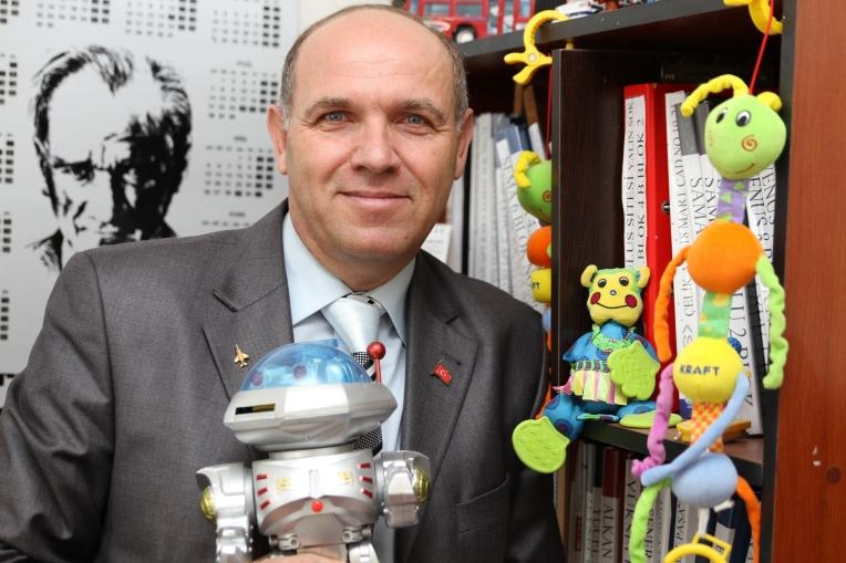 İsmail Tezyürek muhtarlığa gelen çocuklara oyuncak hediye diyor.