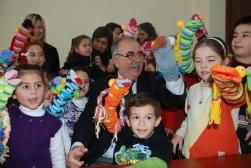 Başkan, çocuklarla vakit geçirmeyi seviyor.