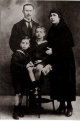 Orhan Veli ve ailesi
