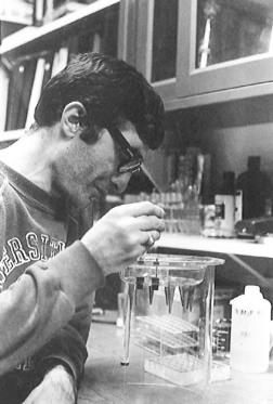 1975-dallas-biyoloji-bolumu-labarotuvari