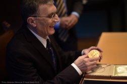Türk bilimadamı Aziz Sancar, İsveç'in başkenti Stockholm'de düzenlenen törenle Nobel Kimya Ödülü'nü aldı.