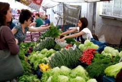Marmara Life ekibi olarak Dolapdere pazarına gittik ve tezgahın arkasına geçerek pazarcılık yaptık.
