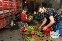 İlker Eren akşam evine dönmeye hazırlanırken tezgahında kalan ürünleri ihtiyacı olanlarla paylaşıyor.