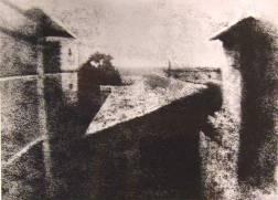 Dünyada bilinen ilk fotoğraf emekli bir subay olan Joseph Nicephore Niepce tarafından bir yaz günü 1827 tarihinde çekilmiştir. Çektiği fotoğrafa güneş çizimi anlamına gelen Haliograph adını vermiştir. Üsteki fotoğrafta güvercin yuvasının bulanık fotoğrafı vardır.