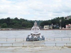 Belki de yaşama olan olağanüstü katkılarından dolayı birçok kültür; nehirleri kutsal bir noktaya taşımıştır. Bunların en ünlüsü ise Hindistan'daki Ganj nehridir. Ortasında birçok tanrı ve tanrıçanın heykellerinin yapıldığı Ganj Nehri'ne, Hindular ölülerinin küllerini dökerler.