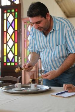Eriği dalda devşir, kahveyi külde pişir demiş atalarımız. Biz de Taş Kahve'ye uğramışken bu mirasa sahip çıkan torun Hüseyin Barış'ın elinden bir kahve içmeden dönmeyelim dedik...