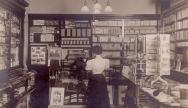 1970'li yıllarda fotoğraf makinası ve ekipmanları satan bir dükkan.