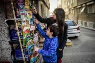 Biz de Erce'nin kitap seçmesine yardım ediyoruz.
