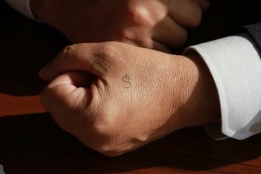 Halebak, unutmaması gereken şeyleri eline not ediyor.