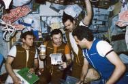 Muhammed Faris ve kozmonot arkadaşları Mir Uzay İstasyonu'nda.