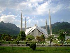 İslamabad Camii dünyanın en büyük ve en gözde camiilerinden biridir. 5.000 m² üzerine yapılmıştır ve 74.000 kişilik bir kapasiteye sahiptir.
