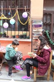 Özellikle çocuklara ulaşmayı hedefleyen kütüphaneye gün boyu çocuk kitapları bırakılıyor. Asilcan çiftinin 'kitap kurtları' oluşumuyla birlikte günde yaklaşık 50 çocuk bu kütüphaneden kitap alıp okuyor.